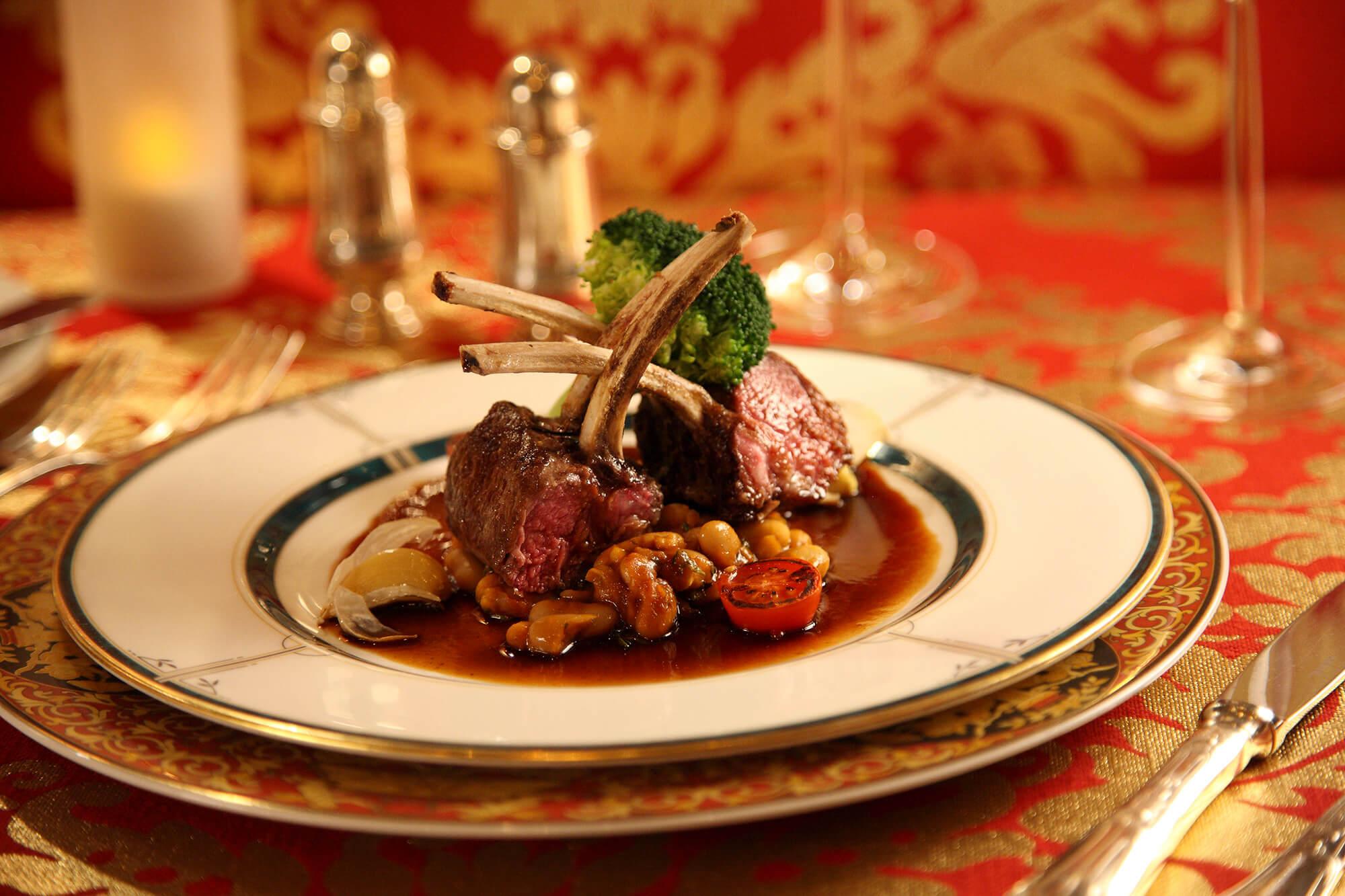 有名ブランドの食器でいただく西洋料理で優雅なひと時をお過ごしください。