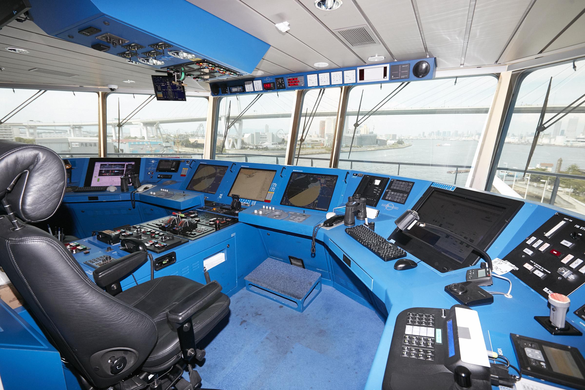 操舵室で船長の気分を味わってみてはいかがでしょう?