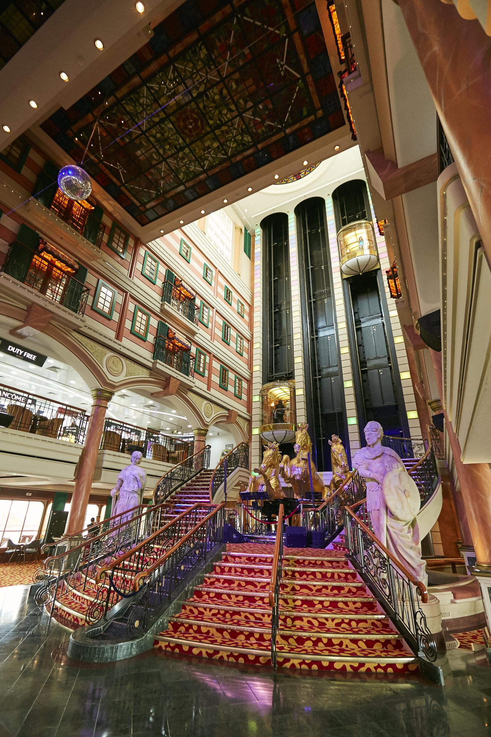 金色の馬像やガラス張りのエレベーターが印象的なロビー「グランドピアッツァ」で記念撮影をどうぞ