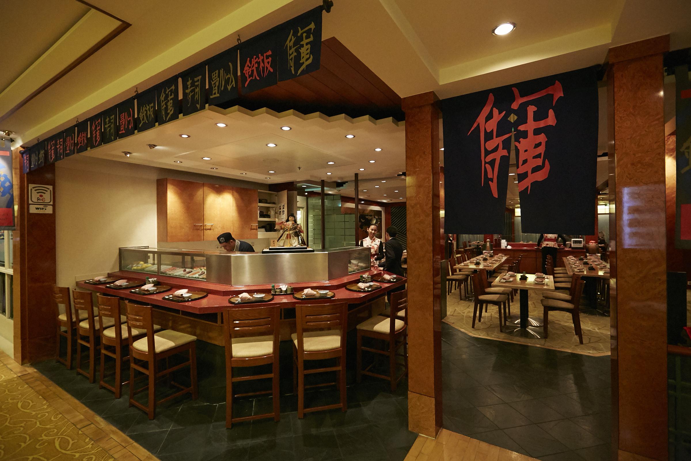 「サムライ」ではパフォーマンスが楽しい鉄板焼きや変り種の寿司ロールもご用意しております